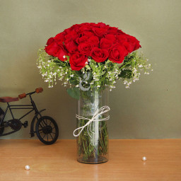 50 red roses in alarge glass vase
